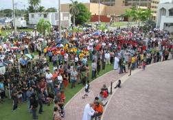 12月8日: カマリン祭に集まった人々